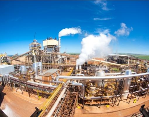 Sem recuperação nos preços do açúcar, usinas voltam a focar em etanol